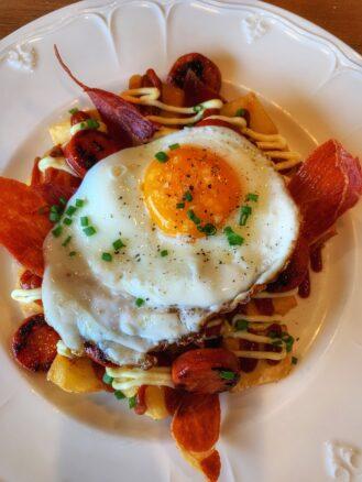 Fried egg a top patats bravas